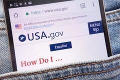 EUA Web site do gov indicado no smartphone escondido no bolso das calças de brim fotos de stock royalty free