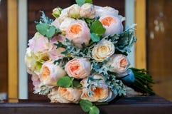 eucaly一个新娘的美丽的庄严的新娘花束从玫瑰的和 免版税库存图片