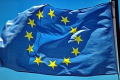 Euflagga som svävar i vinden Arkivfoto