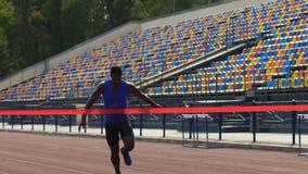 Euforie en de prettige emoties die van atleet de eerst beëindigen lijn, overwinning bereiken stock video