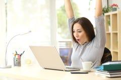 Euforische en verraste winnaar die online winnen stock afbeelding