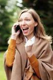 Euforische het bedrijfsvrouw winnen overeenkomst op de mobiele telefoon stock foto's