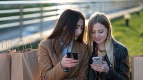 Euforyczni przyjaciele ogląda wideo na smartphone zdjęcie wideo
