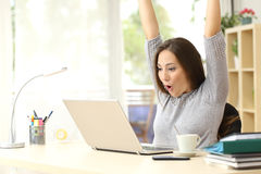 Euforyczny i zdziwiony zwycięzca wygrywa online obraz stock