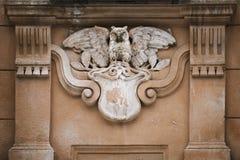 Eule als bildhauerisches Element Gebäude verzierend Lizenzfreie Stockfotos