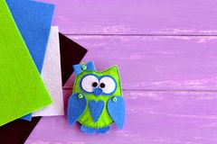 Eule geglaubtes nähendes Muster Grün glaubte Eule mit einem blauen Herzen und einem Bogen Einfache Kind-needlecrafts Lizenzfreie Stockfotos