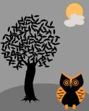 Eule mit der Nachtzeit unter dem Baum in der Halloween-Nacht Lizenzfreies Stockbild