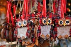 Eulendekorationen an einem Weihnachtsmarkt Lizenzfreie Stockfotos