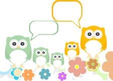 Eulenfamilie mit Blumen und Spracheluftblasen Stockfotos