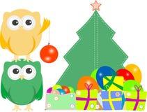 Eulenfamilie mit Weihnachtsbaum, Kugeln, Ballone Lizenzfreies Stockfoto
