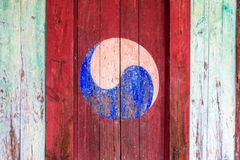Eum en Yang Symbol, Koreaanse stijl van Yin en Yang Het kleurrijke retro schilderen met rode achtergrond op een houten deur stock fotografie