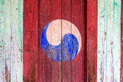 Eum y Yang Symbol, estilo coreano de Yin y de Yang Pintura retra colorida con el fondo rojo en una puerta de madera fotografía de archivo