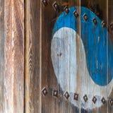 Eum y Yang Symbol, variante coreana de Yin y de Yang Pintura retra colorida en una puerta de madera vieja imagenes de archivo