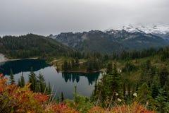 Eunice Lake voor Mistig Regenachtiger Onderstel stock foto's