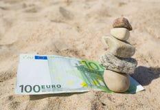 euro 100 en stapel stenen. Stock Afbeeldingen