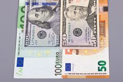 euro 100 argent des 50 dollars sur le fond gris Image stock