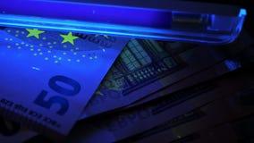 Euro bajo luz ultravioleta Detección de billetes de banco falsos metrajes