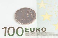 Euro 100 bancknote mit einem Rubel Lizenzfreies Stockbild