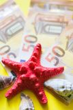 50 euro- bancnotes com seasheels vermelhos e brancos no fundo amarelo imagens de stock royalty free