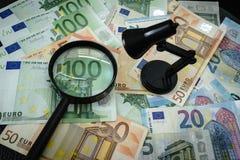 Euro banconota con la lente d'ingrandimento e la lampada come tassa finanziaria co Immagini Stock