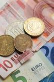 Euro banconota lacerata e monete greche d'annata Fotografia Stock Libera da Diritti