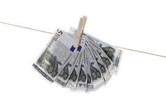 5 euro banconote che appendono sulla corda da bucato Fotografia Stock