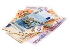 Euro banconote con i tasti immagini stock