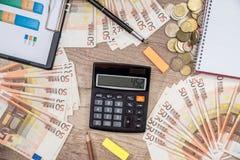50 euro banconote con il grafico di finanza Fotografia Stock