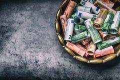 Euro banconote degli euro soldi in ciotola bronzea Fotografia Stock Libera da Diritti