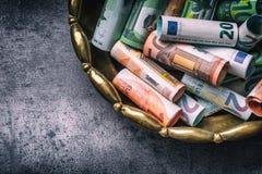Euro banconote degli euro soldi in ciotola bronzea Immagine Stock