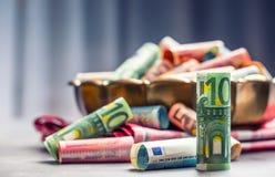 Euro banconote degli euro soldi in ciotola bronzea Fotografia Stock