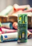 Euro banconote degli euro soldi in ciotola bronzea Immagini Stock