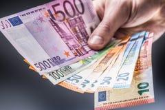 Euro banconote della tenuta maschio in sue mani fotografia stock libera da diritti