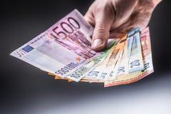 Euro banconote della tenuta maschio in sue mani immagini stock libere da diritti