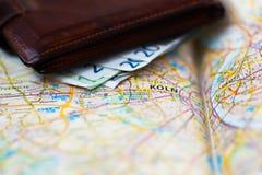 Euro banconote dentro il portafoglio su una mappa geografica di Colonia Fotografie Stock