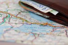 Euro banconote dentro il portafoglio su una mappa geografica di Costantinopoli Immagine Stock