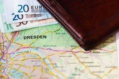 Euro banconote dentro il portafoglio su una mappa geografica di Dresda Fotografia Stock