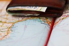 Euro banconote dentro il portafoglio su una mappa geografica di Marsiglia Immagine Stock Libera da Diritti