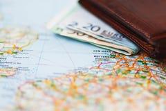 Euro banconote dentro il portafoglio su una mappa geografica di Rotterdam Fotografia Stock