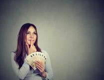 Euro banconote di affari della donna dei soldi felici della tenuta a disposizione che fantasticano Fotografia Stock