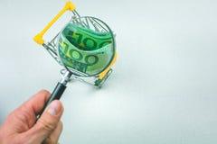 Euro banconote di Hundert nel carretto shoping Zumato con la lente Fotografia Stock Libera da Diritti