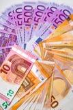 Euro banconote e contanti dei soldi 10,50, euro 500 immagini stock