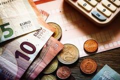 Euro banconote e monete con le fatture da pagare Fotografie Stock Libere da Diritti