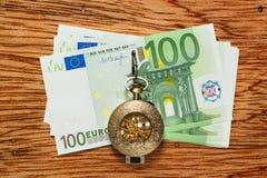 Euro banconote e orologio da tasca d'annata Fotografie Stock
