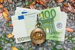 Euro banconote e orologio da tasca d'annata Fotografia Stock