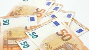 50 euro banconote o fatture gettate sul metraggio bianco del fondo 4k video d archivio