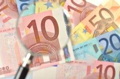 Euro banconote sotto la lente d'ingrandimento Fotografie Stock Libere da Diritti