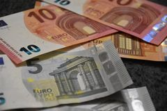 Euro banconote sparse sul tappeto fotografia stock