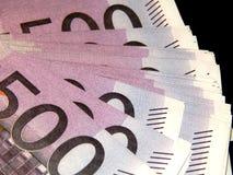 500 euro banconote su un fondo nero Immagine Stock