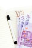 Euro banconote, taccuino e penna Fotografie Stock Libere da Diritti